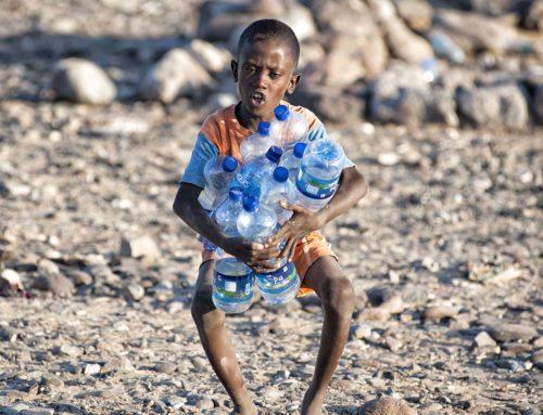 Nel deserto si fa incetta di bottiglie vuote