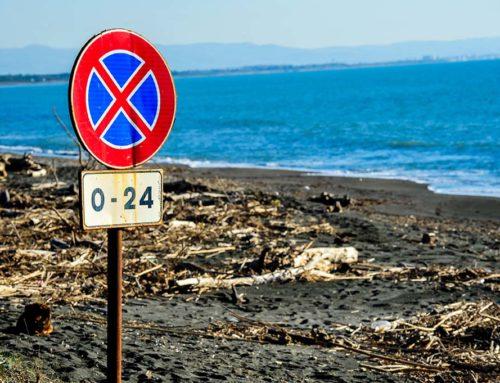 Quello strano cartello in riva al mare
