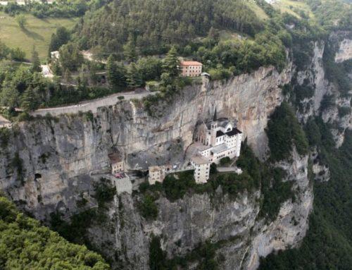 Un Santuario aggrappato alla montagna