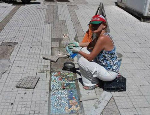 Buche dei marciapiedi diventano mosaici