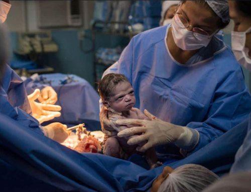 Neonata con il broncio: la foto diventa virale