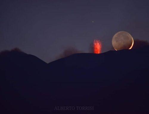 Il romantico bacio tra l'Etna e la Luna
