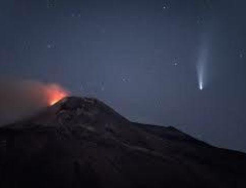 Una stella cadente illumina la lava dell'Etna