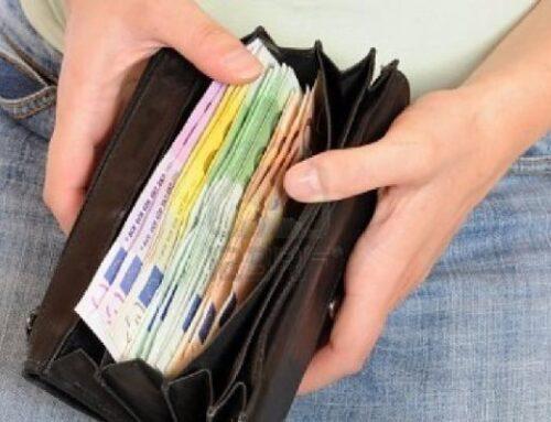 Trova tremila euro ma li restituisce subito