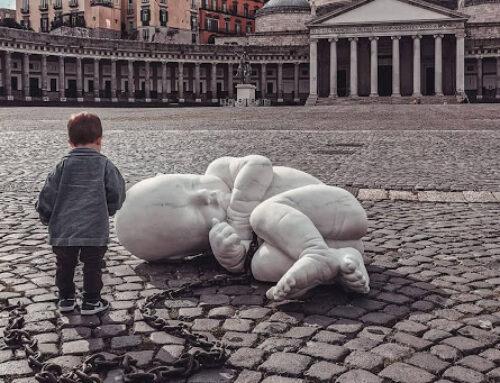 Il bambino di Jago in piazza del Plebiscito