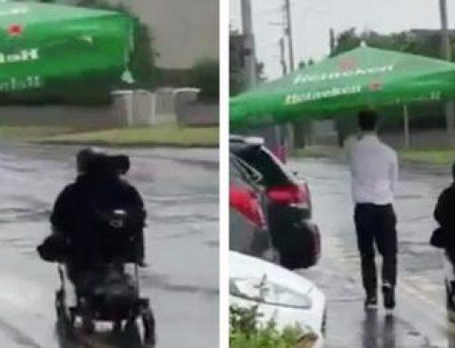 Piove, con l'ombrellone accompagna cliente