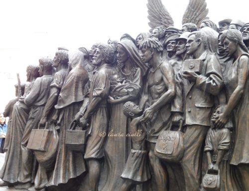 La statua dei migranti troneggia a San Pietro